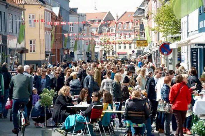 Gratis rundstykker og street food: Så' der markedsdag i Jæge...
